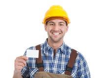 Trabajador manual joven confiado que da la tarjeta de visita Imágenes de archivo libres de regalías