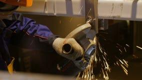 Trabajador Mills Metal Detail Bottom con la herramienta especial almacen de metraje de vídeo