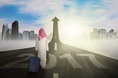 Trabajador musulmán que camina hacia flecha con 2017 Fotografía de archivo