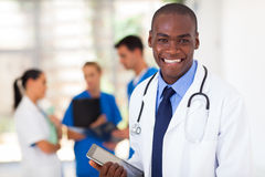 Trabajador negro de la atención sanitaria Imagenes de archivo