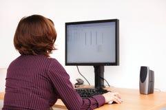 Trabajador no manual en el ordenador Imágenes de archivo libres de regalías