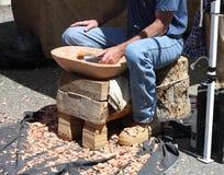 Trabajador o escultor de madera con las herramientas durante festival Foto de archivo libre de regalías
