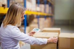 Trabajador o supervisor del almacén de la mujer con smartphone imagen de archivo libre de regalías