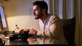 Trabajador preocupante que se sienta en el escritorio en casa metrajes
