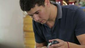 Trabajador profesional que pule el coche moderno con las herramientas de pulido especiales metrajes