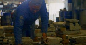 Trabajador que arregla el molde de metal en el taller 4k de la fundición metrajes