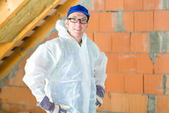Trabajador que ata el aislamiento térmico al tejado Imágenes de archivo libres de regalías