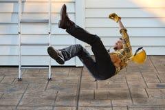 Trabajador que cae de escalera foto de archivo