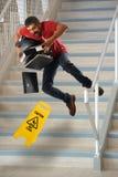 Trabajador que cae en las escaleras fotos de archivo