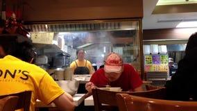 Trabajador que come la comida en el restaurante chino