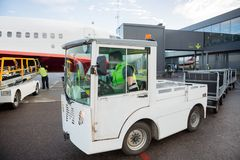 Trabajador que conduce el vehículo en pista Fotos de archivo