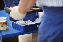 Trabajador que cuenta el dinero Imágenes de archivo libres de regalías