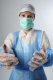 Trabajador que desgasta guantes plásticos Foto de archivo libre de regalías