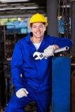 Trabajador que detiene a la llave inglesa Imagen de archivo