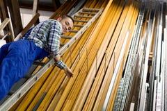 Trabajador que elige perfil de la ventana del PVC Imágenes de archivo libres de regalías