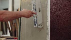 Trabajador que enyesa la pared almacen de video