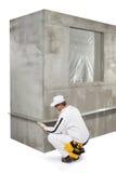 Trabajador que fija un listón en una esquina Fotos de archivo libres de regalías