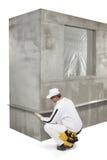 Trabajador que fija un listón en una esquina Imagen de archivo