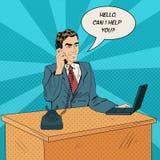 Trabajador que habla en el teléfono en la oficina Imágenes de archivo libres de regalías