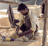 Trabajador que hace la estatua a mano Fotografía de archivo libre de regalías