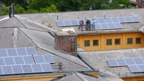 trabajador que instala el apartamento del top del tejado del panel solar