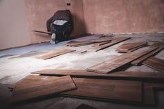 Trabajador que instala el nuevo piso de madera laminado foto de archivo libre de regalías