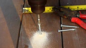 Trabajador que instala el piso de madera para el patio metrajes