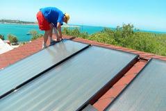 Trabajador que instala las células del sol Fotos de archivo libres de regalías