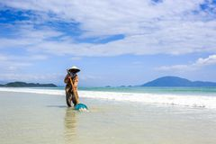 Trabajador que limpia doc. Let Beach, Vietnam imagen de archivo libre de regalías