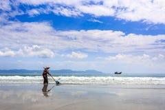 Trabajador que limpia doc. Let Beach, Vietnam fotos de archivo libres de regalías