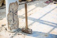 Trabajador que lleva a cabo el martillo y el choque Fotos de archivo