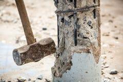 Trabajador que lleva a cabo el martillo y el choque al hormigón Imagenes de archivo