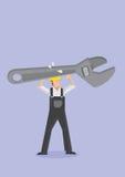 Trabajador que lleva a la llave inglesa enorme de la llave ajustable Fotografía de archivo libre de regalías