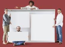 Trabajador que mantiene a un tablero en blanco unido imagen de archivo libre de regalías