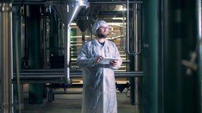 Trabajador que mecanografía en una tableta, cierre de la cervecería para arriba metrajes