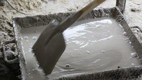 Trabajador que mezcla el cemento metrajes