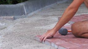 Trabajador que pone la losa de la piedra almacen de video