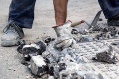 Trabajador que quita los escombros imagen de archivo
