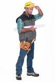 Trabajador que rasguña hola la cabeza Imágenes de archivo libres de regalías