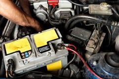 Trabajador que repara el coche Imagen de archivo