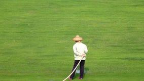 Trabajador que riega el prado almacen de metraje de vídeo