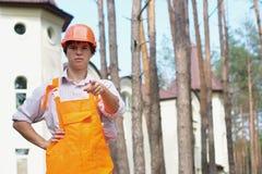 Trabajador que señala en la cámara al aire libre Fotos de archivo