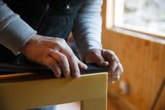 Trabajador que se prepara para instalar nuevas tres ventanas de madera del cristal Fotos de archivo libres de regalías