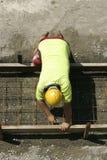 Trabajador que se prepara para una acera de la senda para peatones Imagen de archivo libre de regalías