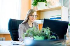 Trabajador que se sienta delante del ordenador portátil Imagen de archivo