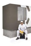 Trabajador que se sienta en una caja de herramientas Foto de archivo libre de regalías