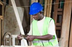 Trabajador que sostiene billetes de banco Foto de archivo libre de regalías