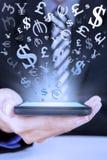 Trabajador que sostiene el teléfono móvil para hacer el dinero en línea Fotografía de archivo