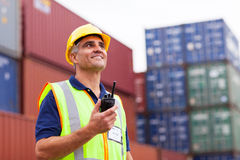 Trabajador que sostiene la radio imagen de archivo