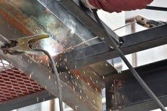 Trabajador que suelda con autógena el acero Imagen de archivo